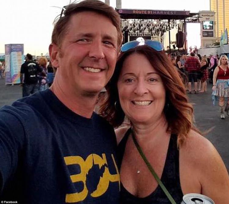 """Denise Salmon Burditus, 50, tuổi, là một trong 59 nạn nhân thiệt mạng trong vụ xả súng kinh hoàng ở lễ hội âm nhạc Las Vegas. Bức ảnh chụp bà và chồng Tony Burditus tại lễ hội âm nhạc được đăng lên trang Facebook cá nhân, chỉ khoảng vài phút trước khi tay súng xả """"mưa đạn""""."""