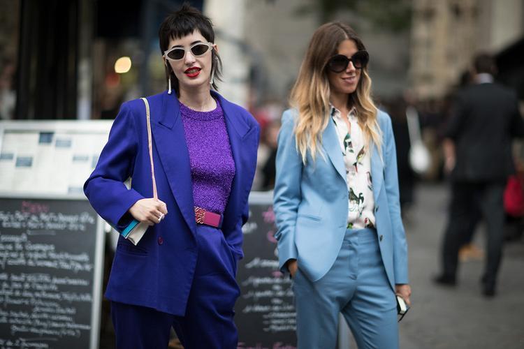 """Cho đến những bộ suit mới lạ, đầy màu sắc. Áo ánh nhũ tím, kèm thắt lưng hồng thể hiện cách """"chơi"""" màu không thua kém các ngôi sao."""