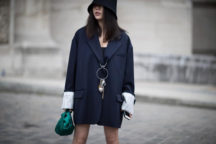 """Dường như các tín đồ thời trang chưa bao giờ nói không với suits. Họ chọn cách biến tấu bộ trang phục công sở bằng những phụ kiện lạ mắt. Vậy là bạn có một bộ cánh cực chất để """"sánh vai"""" cùng những icon sành điệu khác tại sự kiện thời trang."""