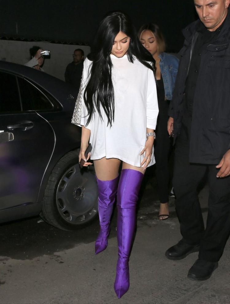 Dòng Knife Boots trứ danh của Pháp từng rất được lòng các siêu sao đình đám thế giới. Kylie Jenner, một trong những hotgirl số 1 Hollywood cũng từng diện đôi boots này.