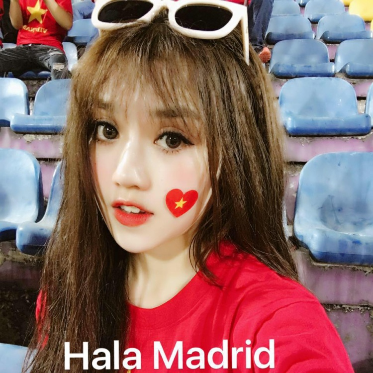 """Bên cạnh đó, Bí Lùn (nickname của cô nàng) còn thường xuyên được nhìn thấy trên khán đài trong màu áo đỏ để cổ vũ cho tuyển Việt Nam thi đấu. Cô nàng sinh năm 1993 không ít lần lặn lội từ Nam ra Bắc, thậm chí sang nước ngoài để """"tiếp lửa"""" cho đội nhà."""