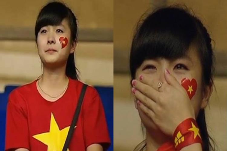 """Sau trận thua 0-3 của U19 Việt Nam trước U19 Nhật Bản tại VCK U19 châu Á 2016, hình ảnh được cộng đồng mạng chia sẻ nhiều đến """"chóng mặt"""" là bức ảnh một fan nữ xinh đẹp khóc nức nở trên khán đài sân Mỹ Đình."""