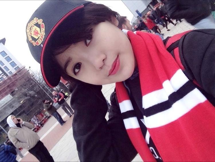 """Nguyễn Tú Linh - một du học sinh Pháp. Cô là fan """"bự"""" của """"quỷ đỏ"""" từ năm 2004 và cũng từng đến Old Trafford - thánh địa MU để xem trực tiếp đội bóng yêu thích thi đấu."""