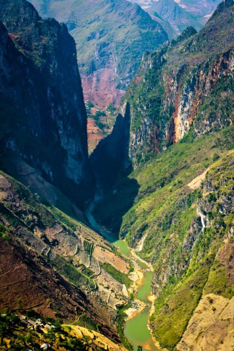 Cung đường tuyệt đẹp - cảnh quan hùng vĩ khi đi Đồng Văn - Hà Giang. Đây là vực sâu cạnh đèo Mã Pí Lèng nổi tiếng. Ảnh: Tuấn Anh.