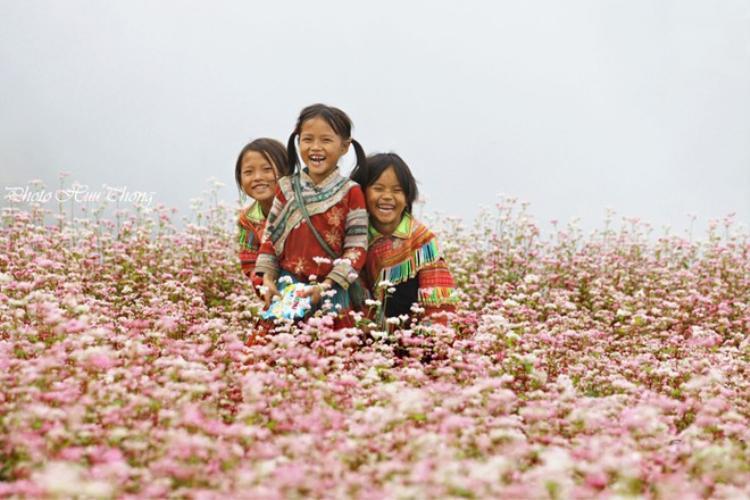 Những nụ cười của trẻ em vùng cao cũng khiến bạn đắm say khi đến mảnh đất này. Ảnh Hữu Thông.