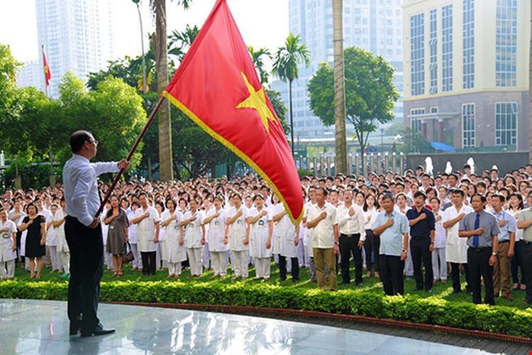 Lần chào cờ cuối cùng của GS Trí với cương vị viện trưởng cùng toàn bộ nhân viên.