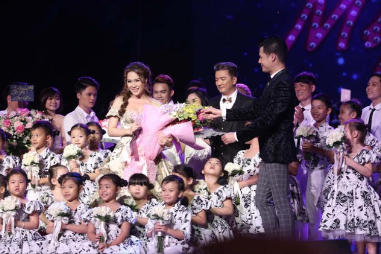 Riêng Mr. Đàm đã dàn xếp đến 34 người bạn nhỏ đại diện cho số tuổi của nữ ca sĩ lên sân khấu chúc mừng sinh nhật.