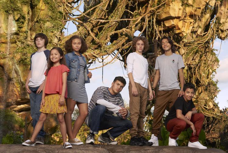 """Thế hệ kế tiếp của AVATAR trên hành tinh Pandora: (từ trái sang phải) Jack Champion (Javier """"Spider"""" Socorro), Trinity Bliss (Tuktirey của gia đình Sully), Bailey Bass (Tsireya của gia tộc Metkayina), Jamie Flatters (Neteyam của gia đình Sully), Britain Dalton (Lo'ak của gia đình Sully), Filip Geljo (Aonung của gia tộc Metkayina), và Duane Evans Jr (Rotxo của gia tộc Metkayina)."""