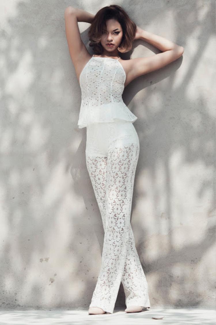 Quần ren trắng đi cùng áo dạng yếm đủ làm tăng sức hút cho người mặc.