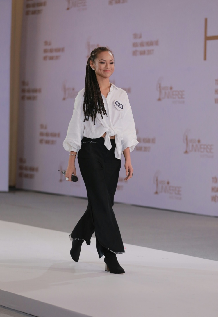 Trong vòng thi phỏng vấn, Mai Ngô diện outfit gồm áo sơmi form rộng buộc eo đi cùng quần ống suông, dài, xé gấu, kiểu tóc được thắt bím cầu kì. Tuy nhiên, bộ trang phục bị cho là luộm thuộm và không phù hợp với cuộc thi hoa hậu.