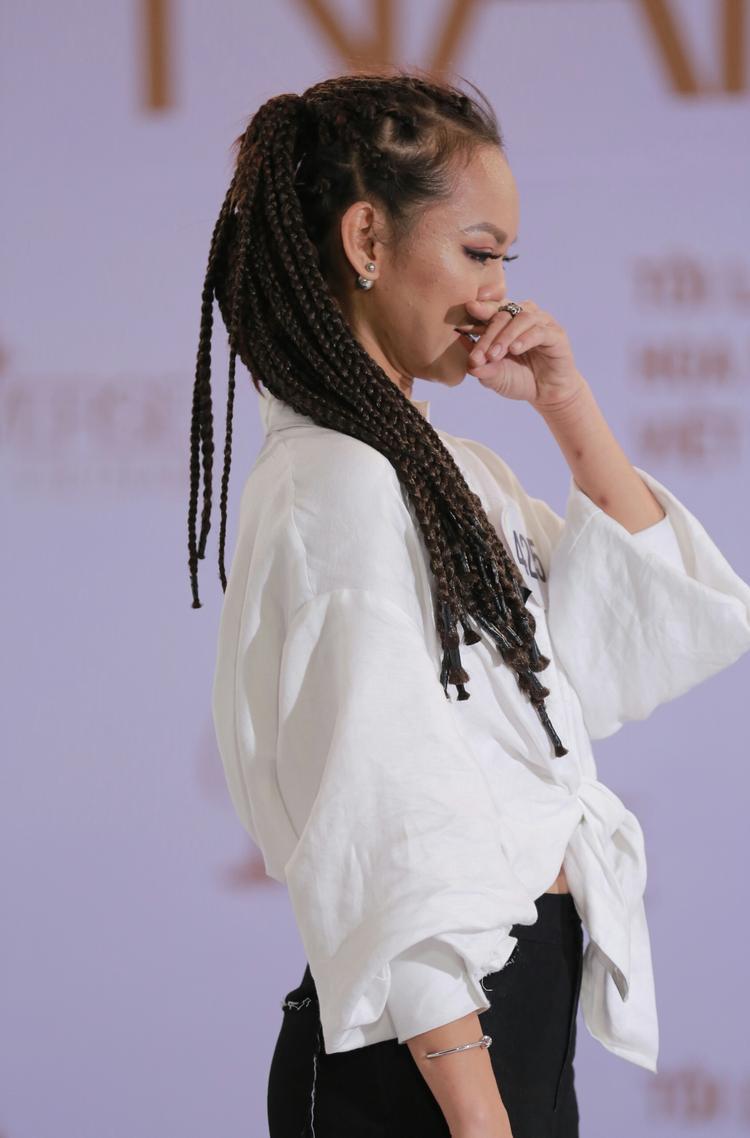 Sau đó, cô nàng có những đáp trả mạnh mẽ. Hành động của thí sinh không được lòng BGK, Mai Ngô đã phải bật khóc khi nghe những nhận xét về mình.