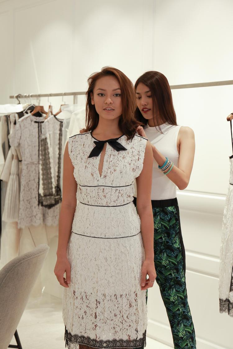Cảm giác khó quyết định, thì nghe theo sự tư vấn của hlv Lan Khuê, chiếc đầm ren trắng này cũng là một lựa chọn hay!