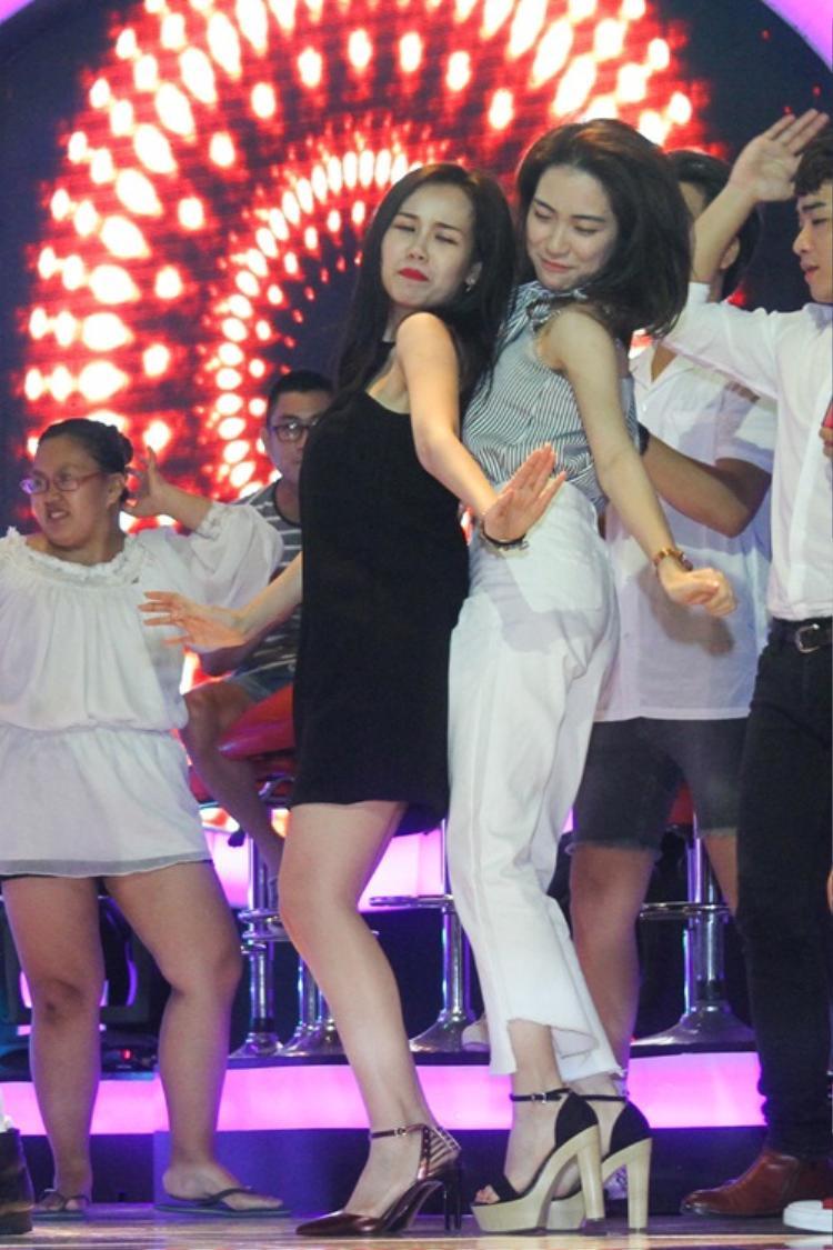 """Một trong số khoảnh khắc """"tăng động"""" của Hoà Minzy trên sân khấu."""
