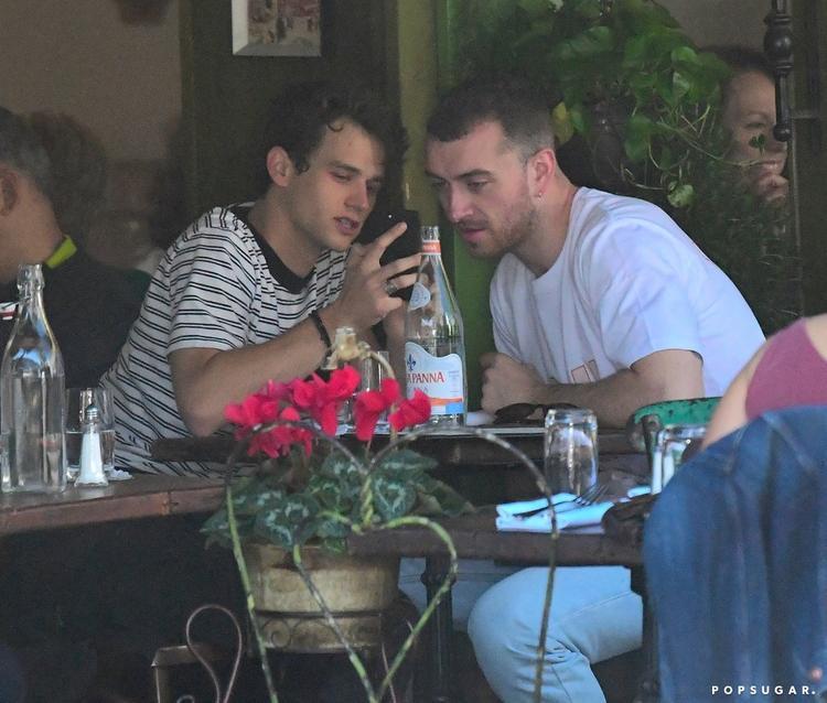 Sau đó, cả hai còn ngồi uống cà phê và thoải mái trò chuyện với nhau.Sam Smith năm nay 25 tuổi trong khi đó Brandon Flynn mới vừa 23.