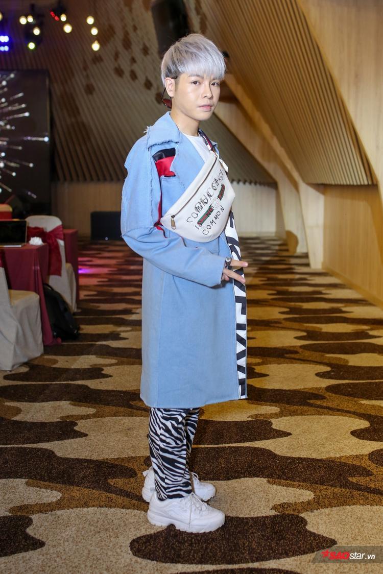 """Chiếc áo là sản phẩm kết hợp giữa nhà thiết kế Kim Khanh và stylist Kye, hoàn tất trong hai ngày để Đức Phúc kịp diện trong họp báo. Đôi giày trắngFila Disruptor II, được mệnh danh là """"kẻ xâm chiếm"""" tủ giày các tay chơi, cũng nhưloạt sao đình đám, giúp nam ca sĩ hoàn thiện tổng thể."""
