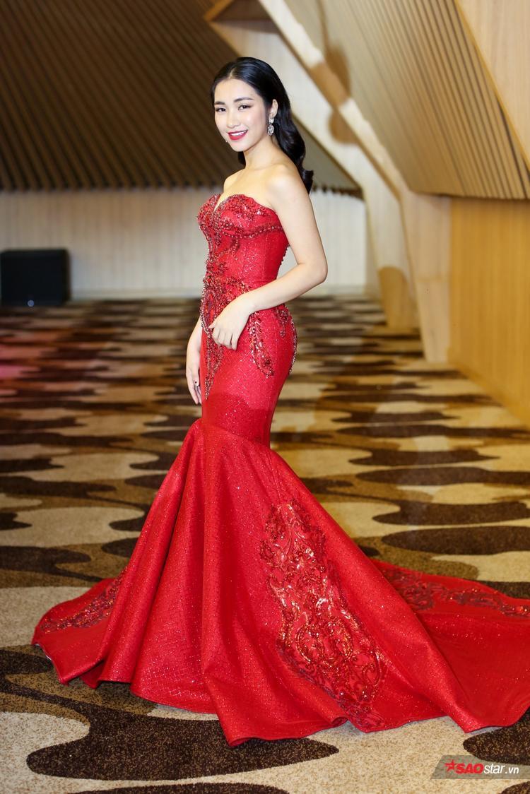 Hoà Minzy rực rỡ trong bộ váy đỏ.