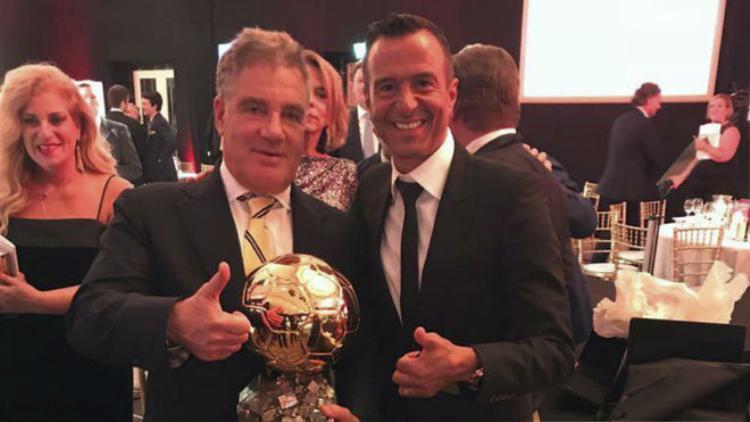 Jorge Mendes tươi cười trao danh hiệu QBV cho tỷ phú Israel, Idan Ofer.