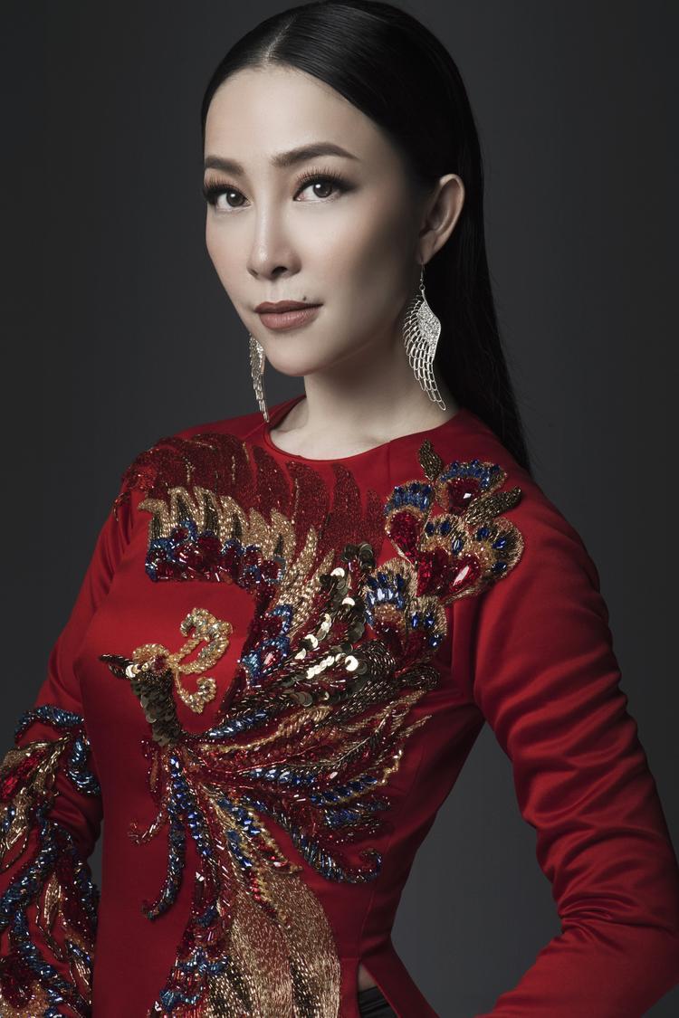 Dáng người mảnh khảnh cùng thần thái sang trọng giúp Linh Nga thể hiện thành công tinh thần của các thiết kế do NTK Thuỷ Nguyễn sáng tạo.
