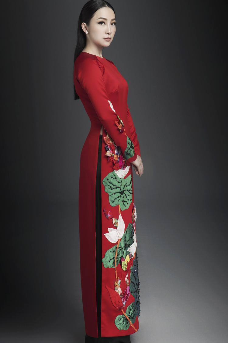 Trang phục lột tả vẻ đẹp của người phụ nữ Việt đương thời, không chỉ rạng rỡ bên ngoài mà còn tỏa sáng tự nhiên từ trong tâm hồn nhờ ý thức được quyền năng của bản thân.
