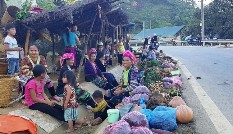 Ở phiên chợ Mường So, người ta bày bán rất nhiều lá ngón. Ảnh: Người đưa tin.