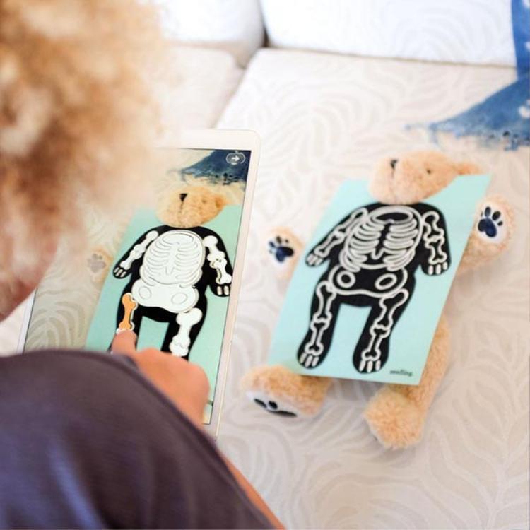 Ứng dụng cho phép người dùng sử dụng công nghệ AR để tương tác với chú gấu Parker.