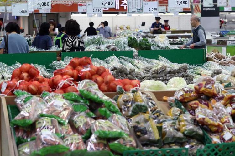 Người dân đi siêu thị mua sắm trước dịp lễ Chuseok. Ảnh: Straits Times