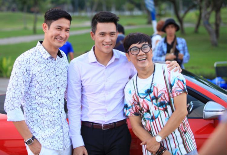 Lê Công Vinh trên phim trường cùng hai diễn viên Huy Khánh và Thành Lộc.