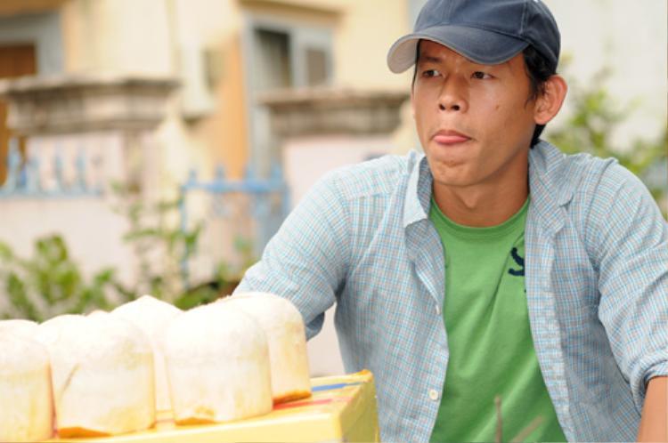 """Thủ thành Bùi Tấn Trường vào vai anh bán dừa trong phim """"bay vào cõi mộng""""."""