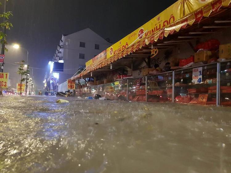 Mưa ngập lớn tại đường Phan Văn Trị, Quận Gò Vấp.