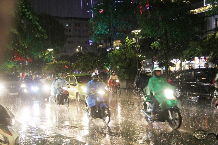 Từ 19h tối 4/10, trời bất chợt đổ mưa lớn ở nhiều quận của Sài Gòn, ảnh hưởng đến việc xuống đường đi chơi Trung Thu của người dân.