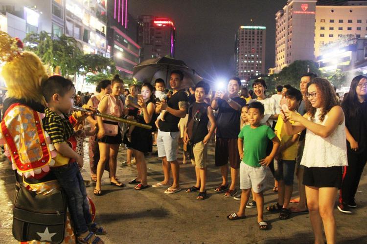 Sài Gòn mưa lớn, phố đi bộ vắng vẻ đêm trung thu