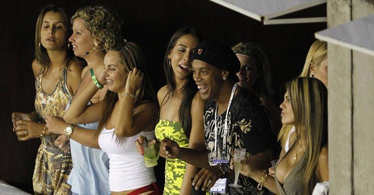 Ronaldinho lúc nào cũng có 'bóng hồng' vây quanh.