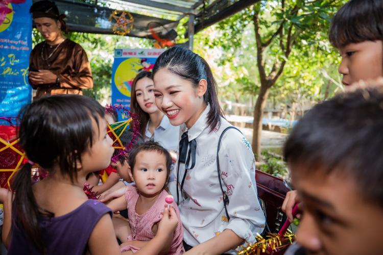 Bận rộn với Miss World 2017, Mỹ Linh vẫn rạng rỡ tổ chức Trung thu cho trẻ em làng SOS