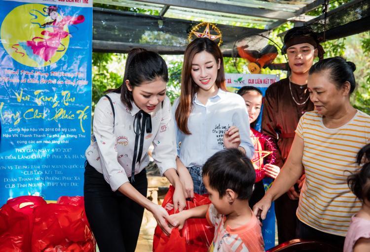 Nhiều món quà Trung thu ý nghĩa được Hoa hậu Đỗ Mỹ Linh, Á hậu Thanh Tú cùng đoàn viên, thanh niên chuyển đến tận tay các em thiếu nhi và gia đình.