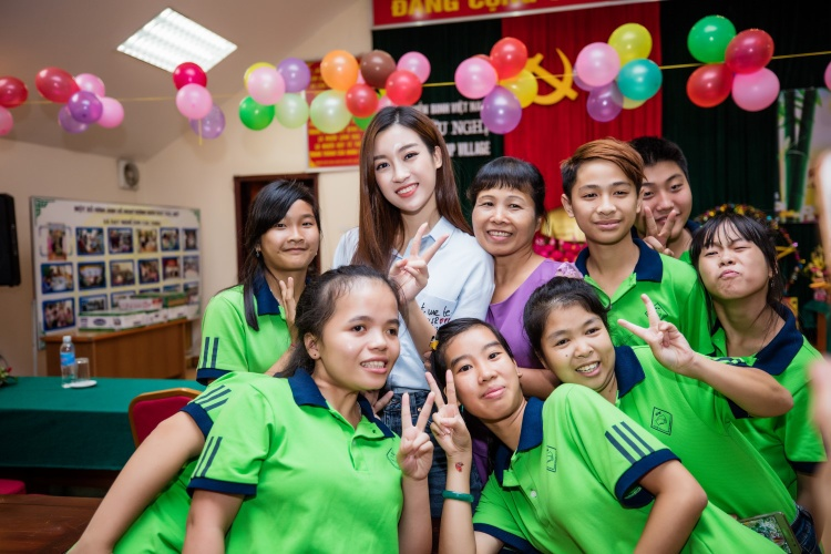 Lịch trình bận rộn nhưng Hoa hậu Việt Nam 2016 vẫn nhiệt tình tham gia công tác xã hội.