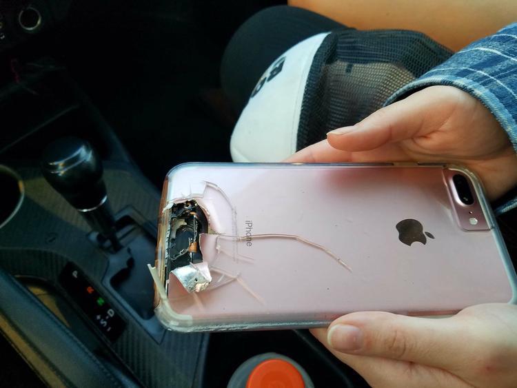 Chiếc điện thoại đã cứu mạng chủ nhân. Ảnh: Twitter