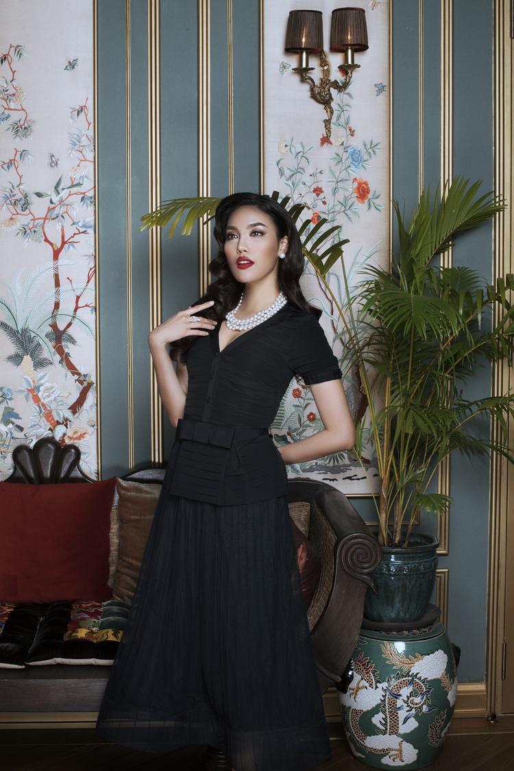 Dù chỉ tập trung hai tông trung tính quen thuộc nhưng qua đây, có thể thấy chủ nhân bộ sưu tập đã khéo léo áp dụng kiểu váy áo thịnh hành để thổi lên sức hút hoàn toàn mới.