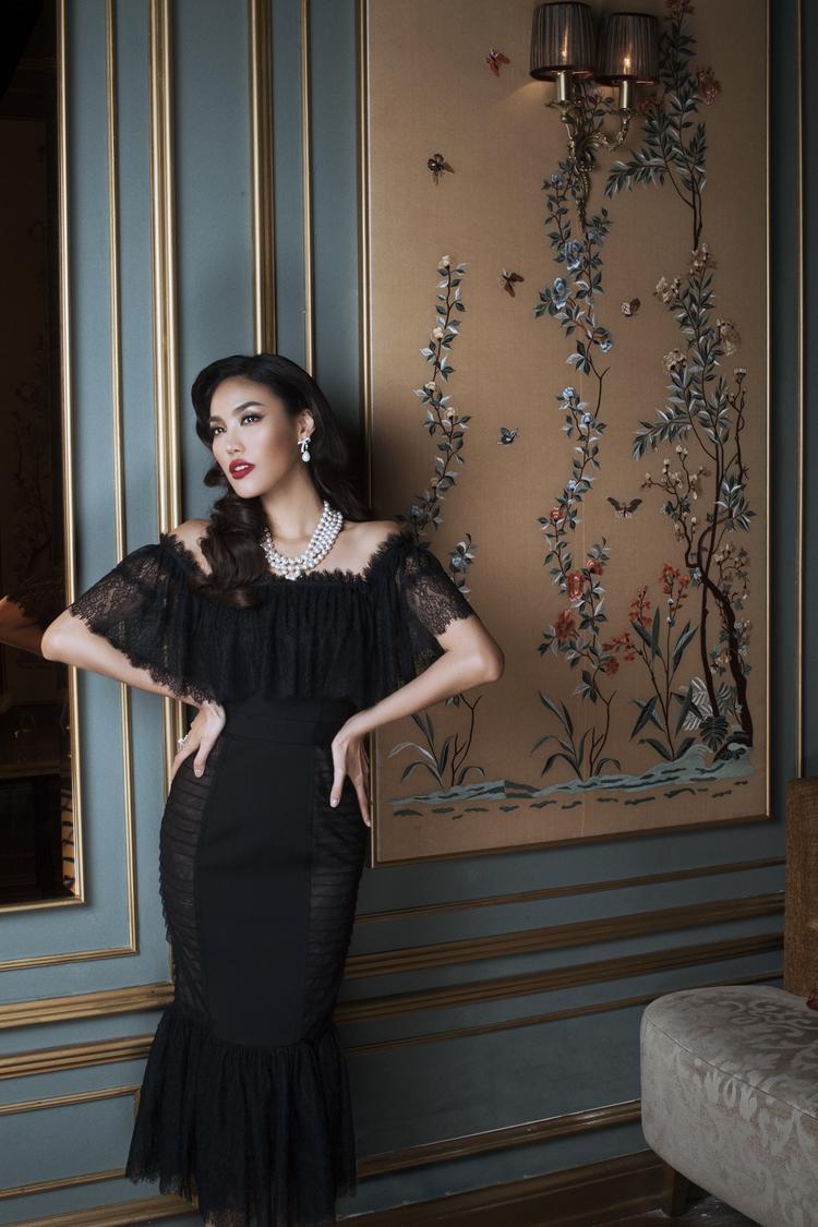 Khai thác vẻ đẹp sexy một cách chừng mực trên từng phom dáng trang phục, chắc chắn mẫu thiết kế mới sẽ góp phần giúp phái đẹp yêu kiều hơn khi xuất hiện ở những buổi tiệc tùng.