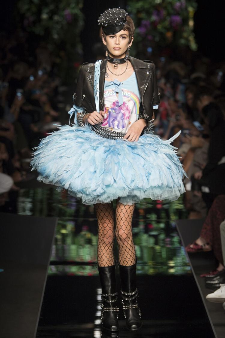 Kaia Gerber mở màn show diễn Moschino tại tuần lễ thời trang Milan với thần thái tự tin.