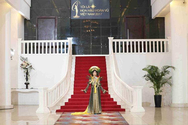 Hoàng Thùy khiến khán giả thú vị và tò mò không biết cô sẽ thể hiện như thế nào khi khoác lên người bộ trang phục dân tộc.