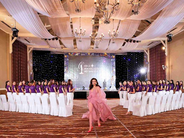 Trở lại Hoa hậu Hoàn vũ Việt Nam sau gần 10 năm đăng quang ngôi vị Á hậu 1 Hoa hậu Hoàn vũ Việt Nam 2008, Võ Hoàng Yến sẽ truyền đạt những kinh nghiệm quý báu về kỹ năng trình diễn catwalk, làm chủ thần thái gương mặt và trang bị thêm cho thí sinh các kiến thức cần thiết khi bước ra đấu trường sắc đẹp quốc tế Miss Universe.