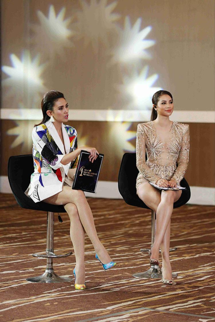 Cùng với Hoa hậu Phạm Hương, cả hai đưa ra những lời khuyên, hướng dẫn bổ ích, giúp thí sinh khắc phục các khuyết điểm khi trình diễn.
