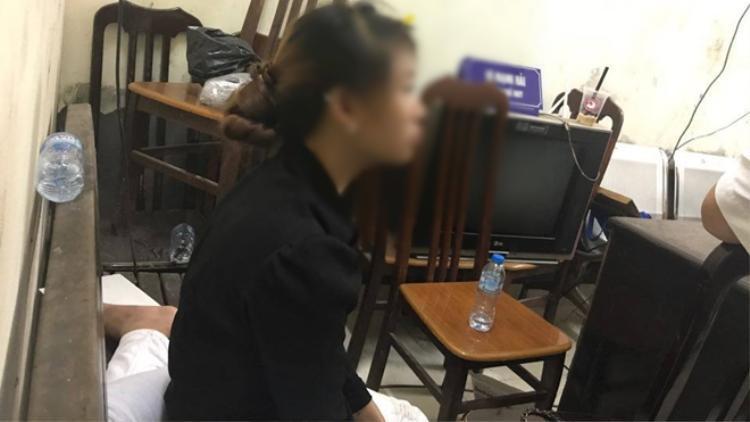 Cô gái bị lột đồ đêm qua tại phố Hàng Mã.