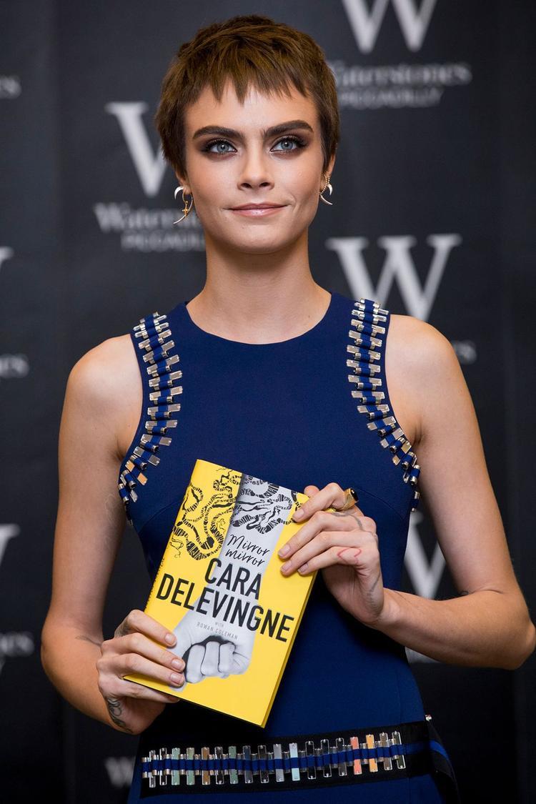 Cara Delevingne với kiểu tóc mới cực cool tại buổi ra mắt sách ở London.