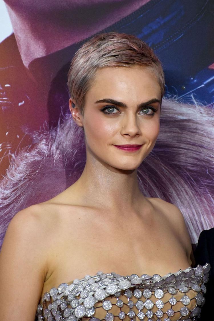 Cara Delevingne luôn biết cách thu hút sự chú ý của giới truyền thông. Phải thừa nhận rằng, dù tóc ngắn hay dài thì trông cô nàng luôn cực kỳ quyến rũ.