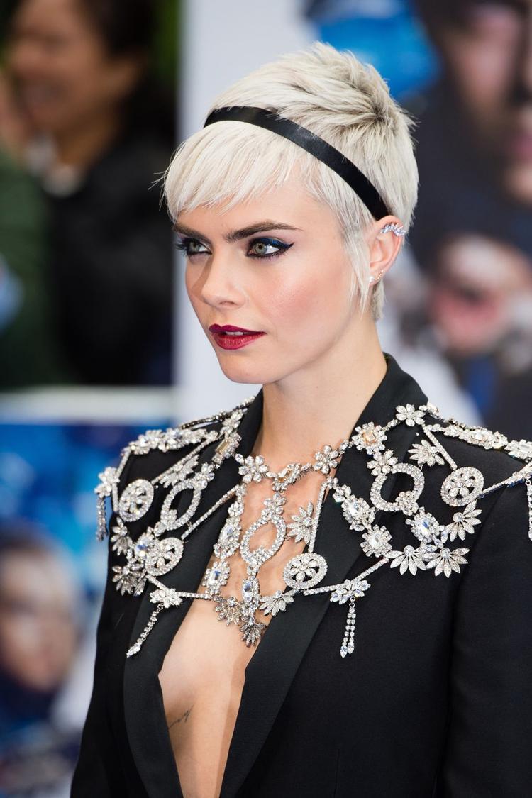 Cara với mái tóc bạch kim ấn tượng khi tham dự sự kiện.