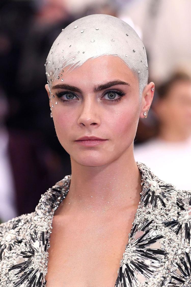 Siêu mẫu không ngần ngại thay đổi kiểu tóc để trông mình thật thu hút trước công chúng.