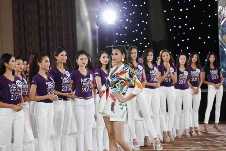 Các thí sinh chăm chú theo dõi phần thị phạm của siêu mẫu Võ Hoàng Yến. Catwalk luôn là thử thách quan trọng trong phần thi của chương trình.