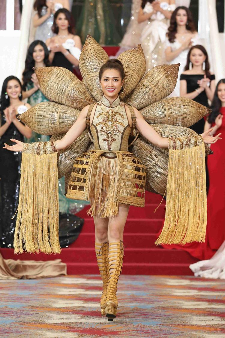 Bộ trang phục mang tên Nàng mây từng được Lệ Hằng trình diễn ở cuộc thi Hoa hậu Hoàn vũ Thế giới 2016, được cô thể hiện lại trước các đàn em.
