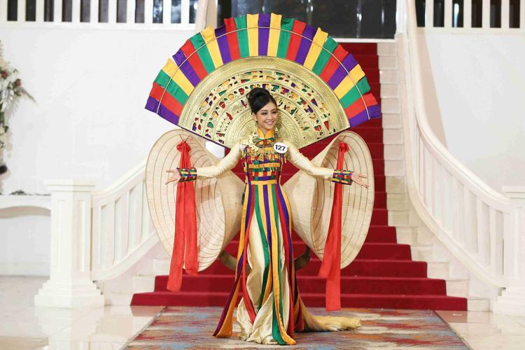 Thí sinh này thể hiện bộ trang phục lấy cảm hứng từ áo dài và nón lá. Đây chính là thiết kế sẽ đồng hành cùng đại diện Việt ở cuộc thi Hoa hậu Hoàn vũ Thế giới 2017.